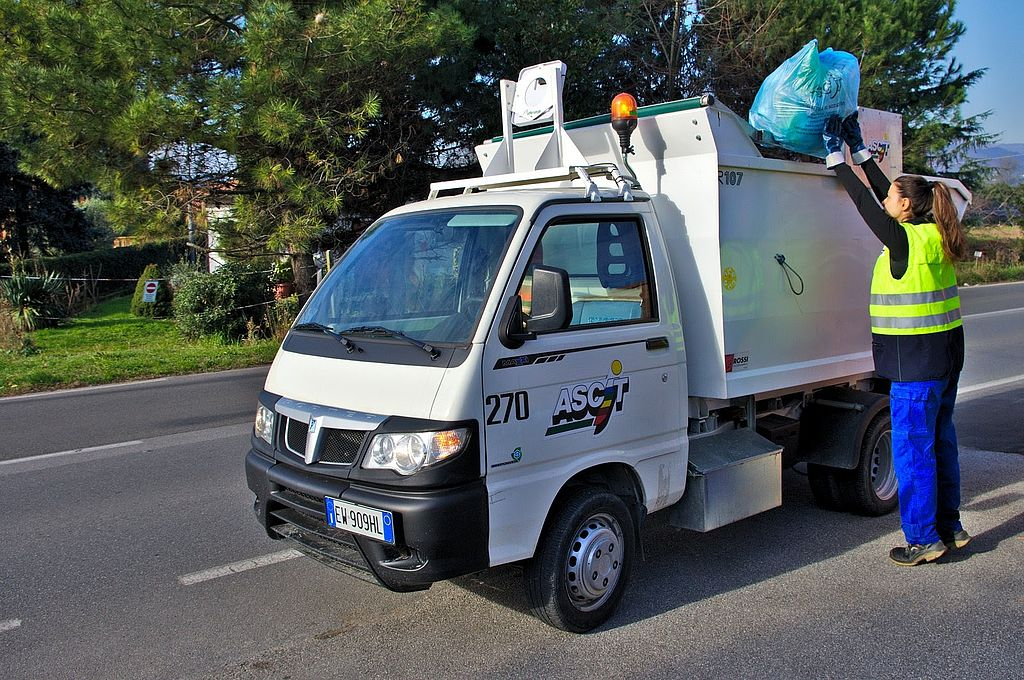 Un operatore effettua la raccolta rifiuti porta a porta