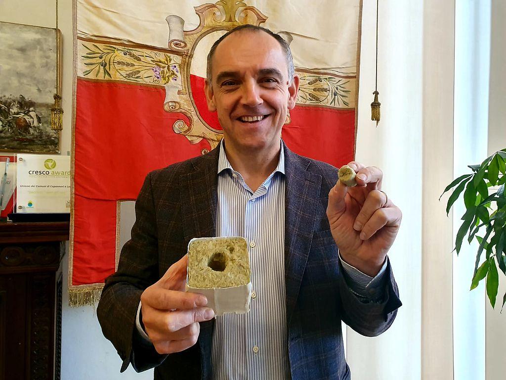 Il sindaco Luca Menesini mostra una base simile a quella che sarà creata