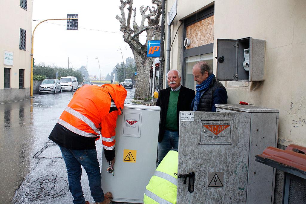 Bandoni e Angelini osservano l'inizio dei lavori alla centralina semaforica