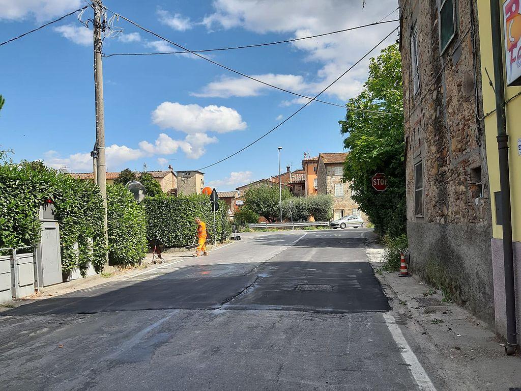 Asfaltatura in corso in via di Carraia