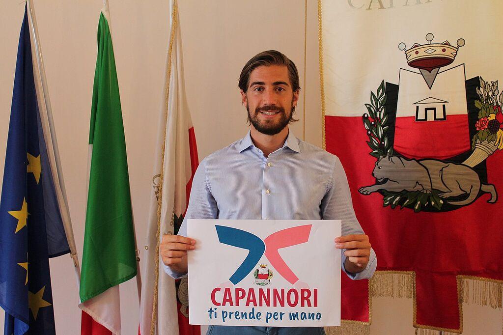 Il vice sindaco Matteo Francesconi con il logo del progetto