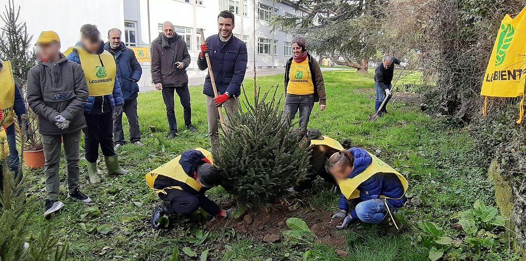 Gli studenti aiutano a piantare gli alberi