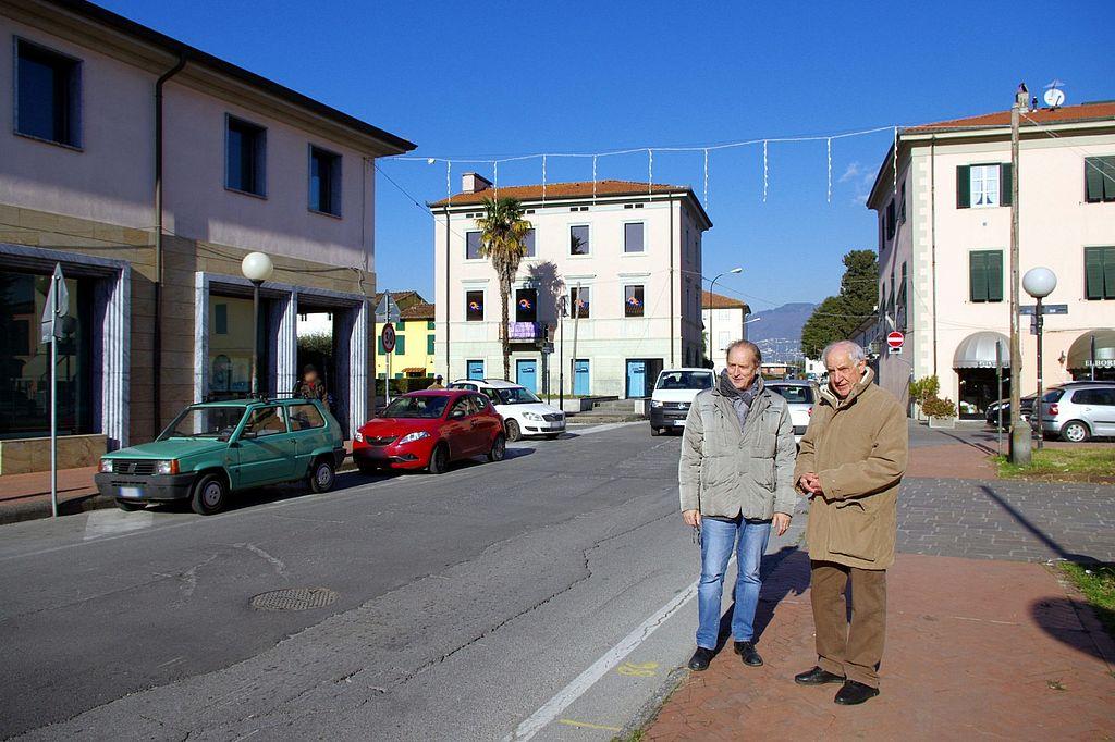 ll sopralluogo in via Carlo Piaggia dell'assessore ai lavori pubblici Pier Angelo Bandoni e del consigliere di Acque spa, Antonio Bertolucci