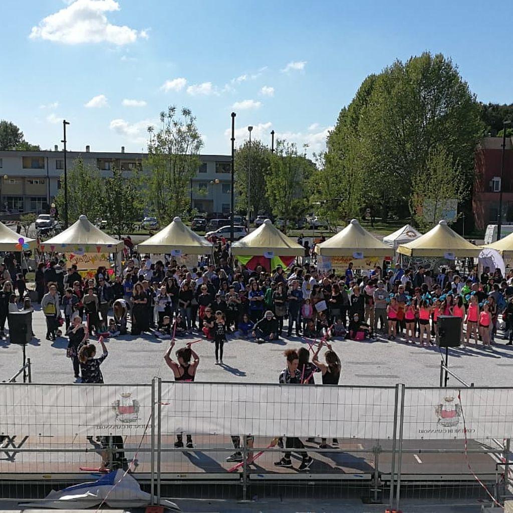 1006b5e4052e Foto d'insieme della manifestazione · Piazza Aldo Moro gremita per la ...
