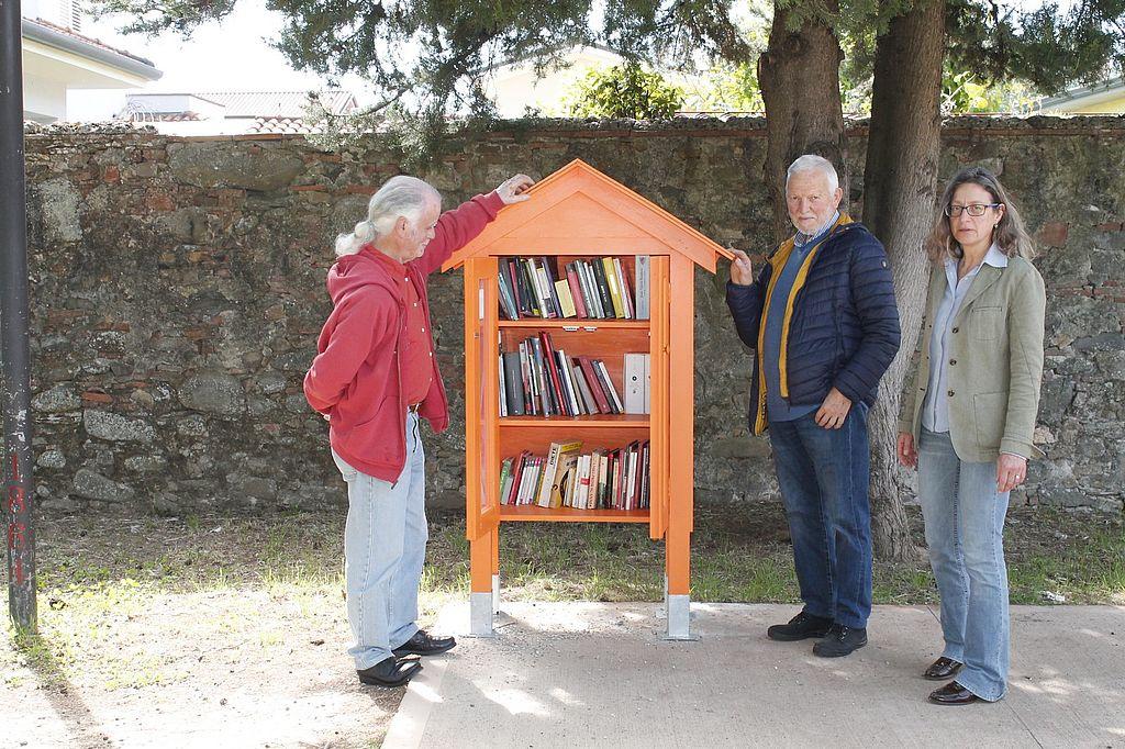 La  'Casa del libro' con i rappresentanti dell'assocaizione Ponte e dell?istituto Storico Lucchese Auser Sesto Capannori