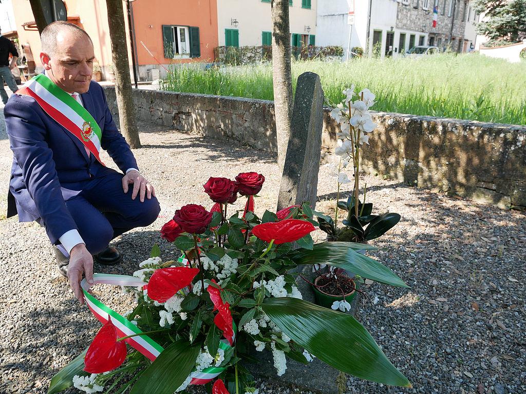 Il sindaco Menesini rende omaggio alla lapide
