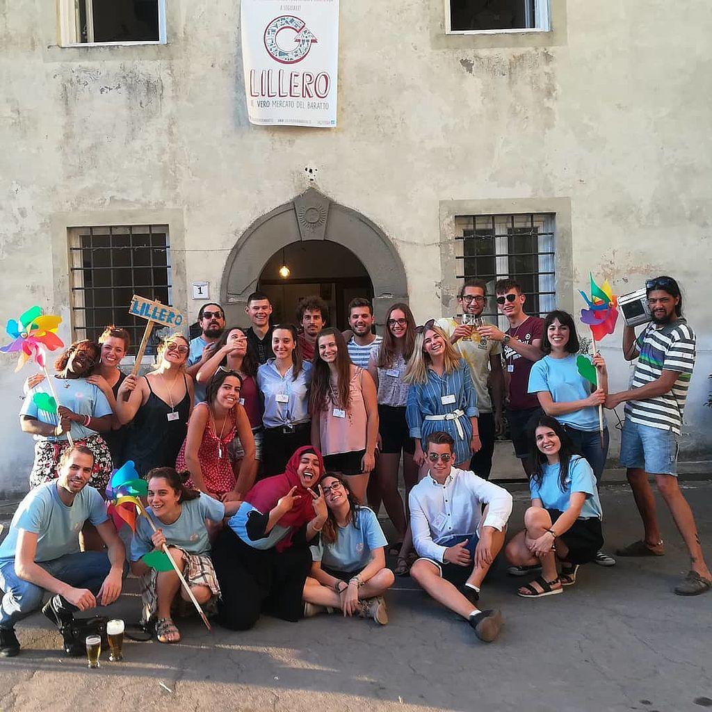 Lo staff di Lillero assieme ai volontari del progetto Erasmus Youthest.crea all'ingresso del negozio