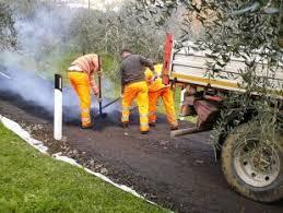 Lavori di manutenzione in una via vicinale