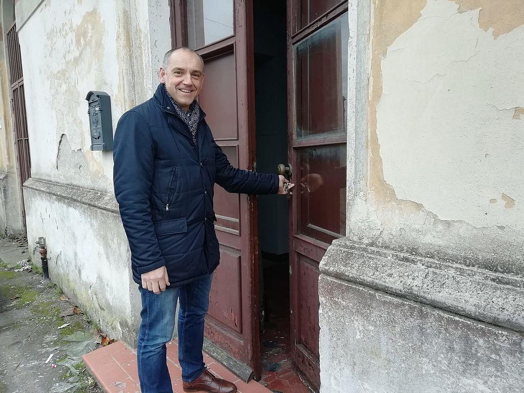 Il sindaco apre la porta della struttura