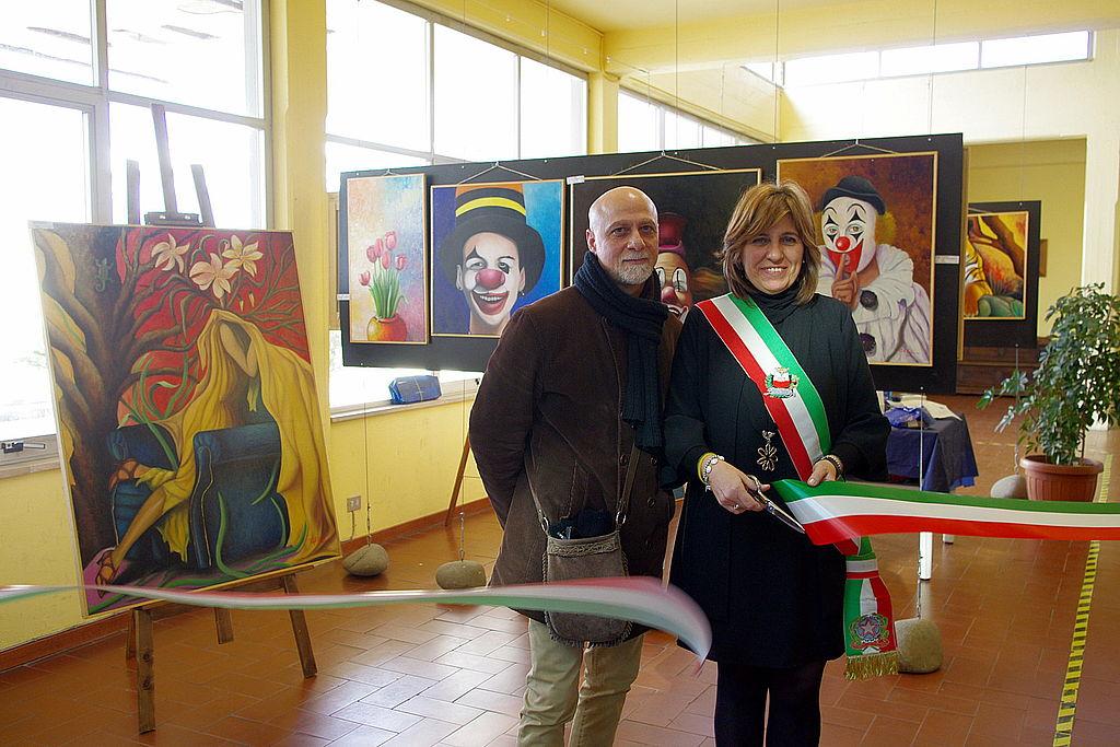 Il pittore Raffaele Antonucci e la vice sindaca Silvia Amadei tagliano il nastro