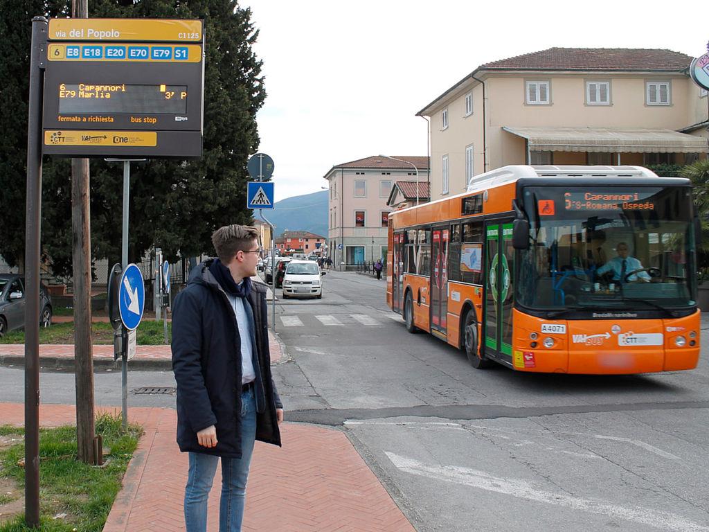 L'assessore alla mobilità Matteo Francesconi davanti alla palina in via del Popolo