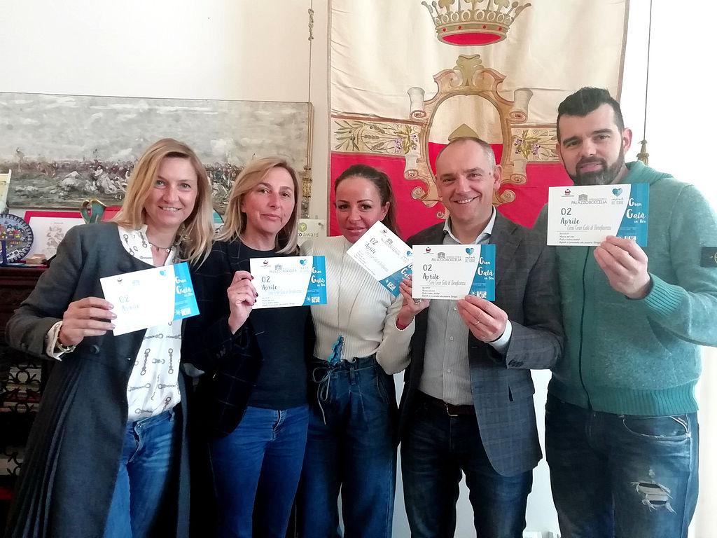"""Il sindaco Luca Menesini, e la presidente dell'associazione """"Light it up blue"""" Paula Itunes"""