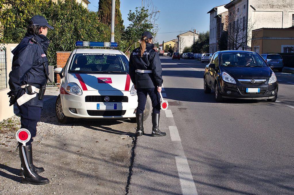 Agenti di polizia municipale in servizio