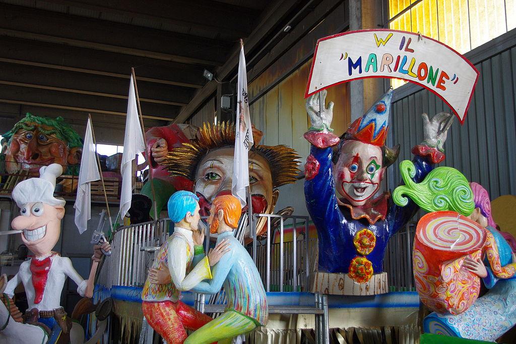 Carri di cartapesta nell'hangar del CarnevalMarlia